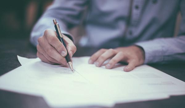 hands_writing_pen